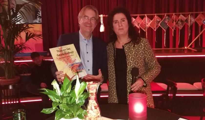 Theo Werner ontvangst van zijn opvolgster Esther Harmsen, een boek met een fraai overzicht van zijn werkzaamheden in de afgelopen ruim 12 jaar.