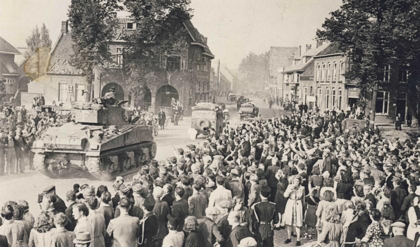 Op de foto van de bevrijding van Valkenswaard staan ongetwijfeld een aantal mensen die hun eigen verhaal hebben.