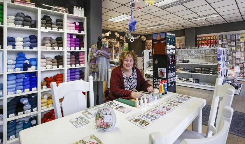 Jacqueline Geurts is trots op het grote assortiment in haar Hobbytafel. (Foto: Jurgen van Hoof).