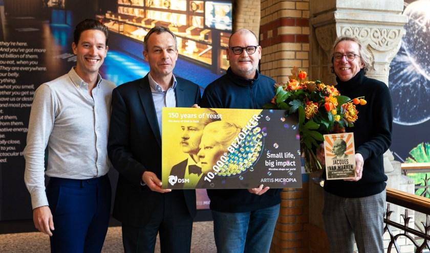 Overhandiging van de cadeaucheque aan de 10.000e bezoeker, met vlnr Jasper Buikx – Hoofd Micropia – Fedde Sonnema (Directeur Biotech Campus Delft), Rob de Kok (10.000e bezoeker) en Jan van der Mast.