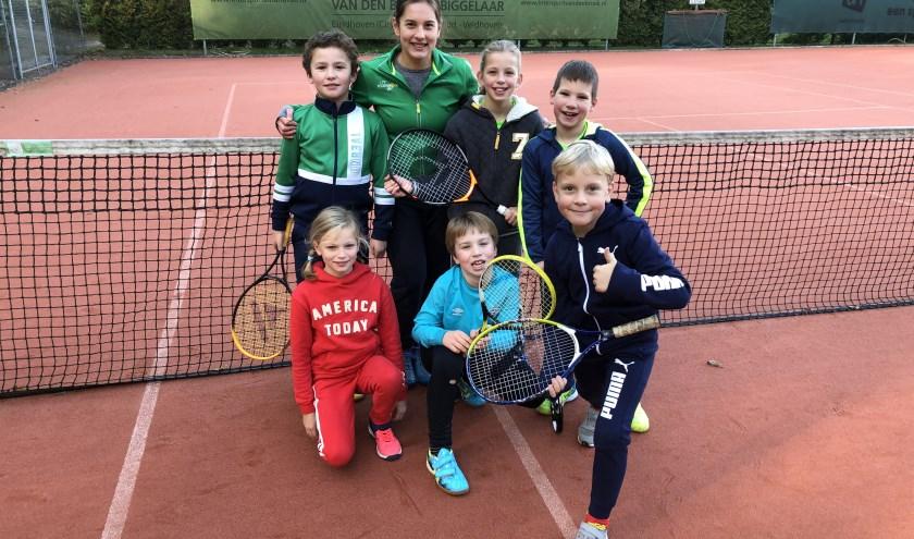 Anastasiya Mulder, nieuwe trainer bij tennisvereniging Eeckenrode met een van haar enthousiaste trainingsgroepjes.