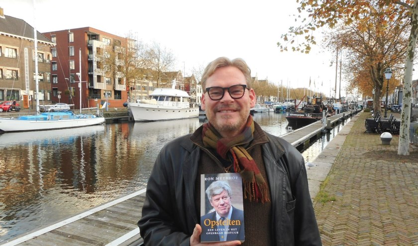 Vlaardinger Ron Meerhof schreef de biografie over Ivo Opstelten. (Foto: Bart van der Linden)