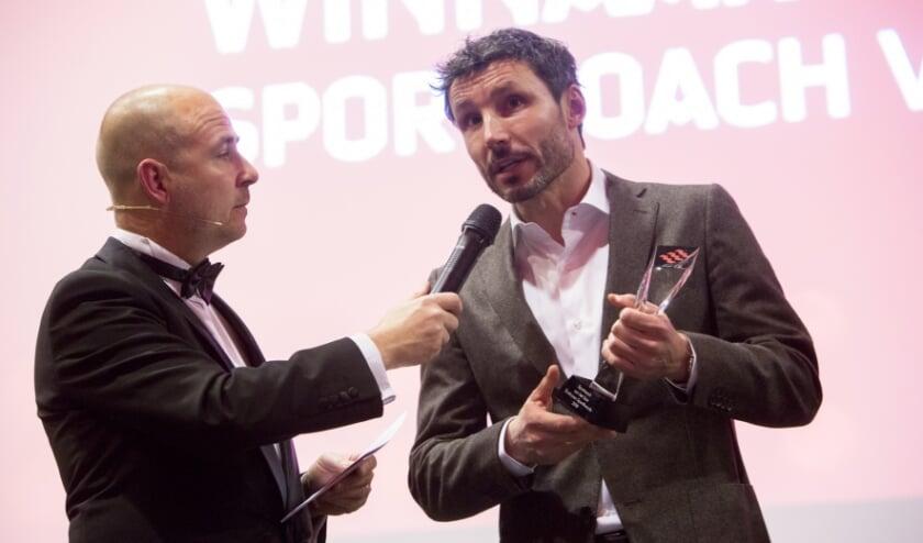<p>Voormalig trainer van PSV, Mark van Bommel (R), wordt tijdens een eerdere editie van het gala ge&iuml;nterviewd door Thijs Sleegers.&nbsp;</p>