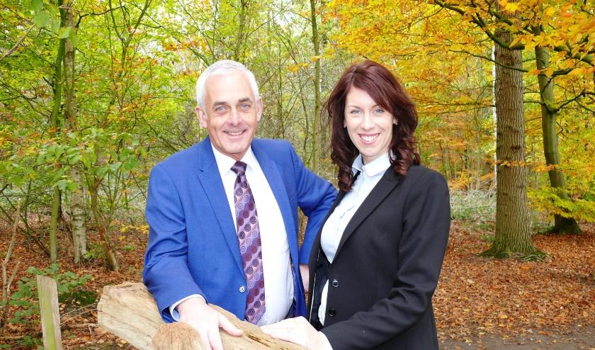 Bert van der Heide met zijn dochter Maureen Westendorp, die ook werkzaam is in de uitvaartonderneming. (Foto: PR)