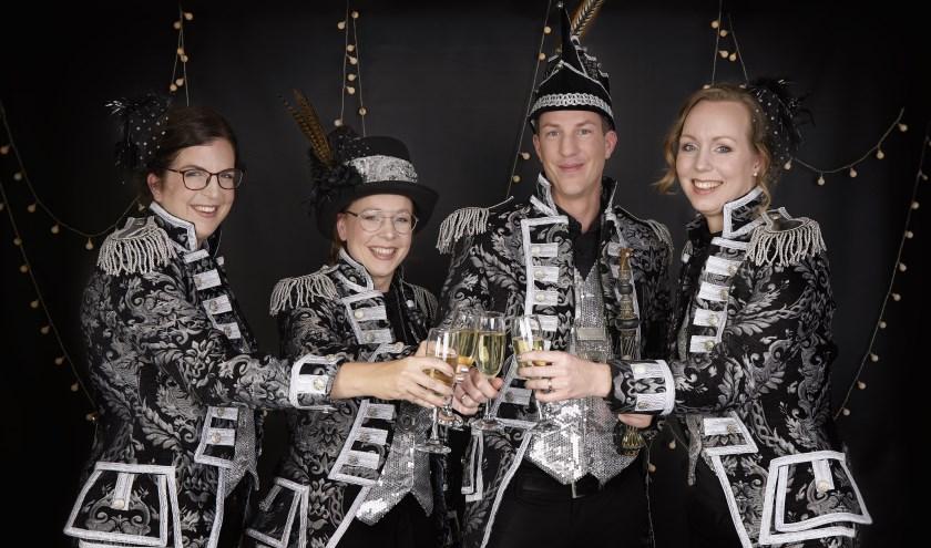 Prins Rens d'n Urste, Prinses Sarah en hun Hofdames Floor van de Boomen en Laurine Simkens. Foto: Maria Bax