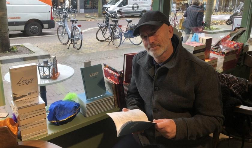 Marcel Leenders is blij met zijn boekje in de etalage bij Kramer & van Doorn. Foto: Lydia van der Meer