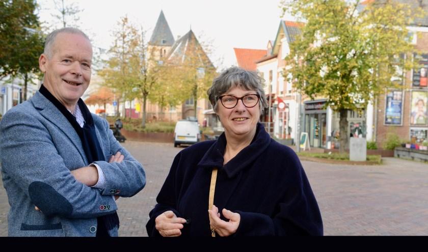 Kees Aben (l) en Mathilde Delicaat van Caritas West Betuwe- Buren, zijn blij van de gemeenten te hebben gehoord dat ze meewerken aan de Kerstactie 2019