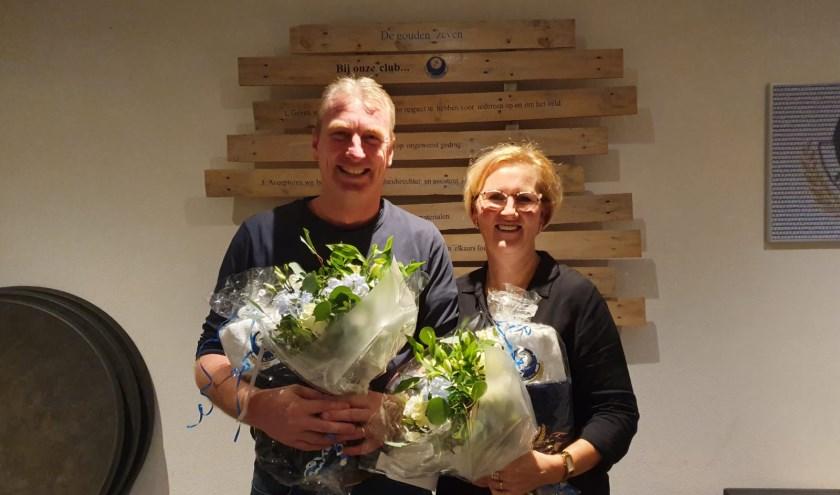 Ron en Esther ontvangen bloemen en waardering vanuit vv Hoogeloon.