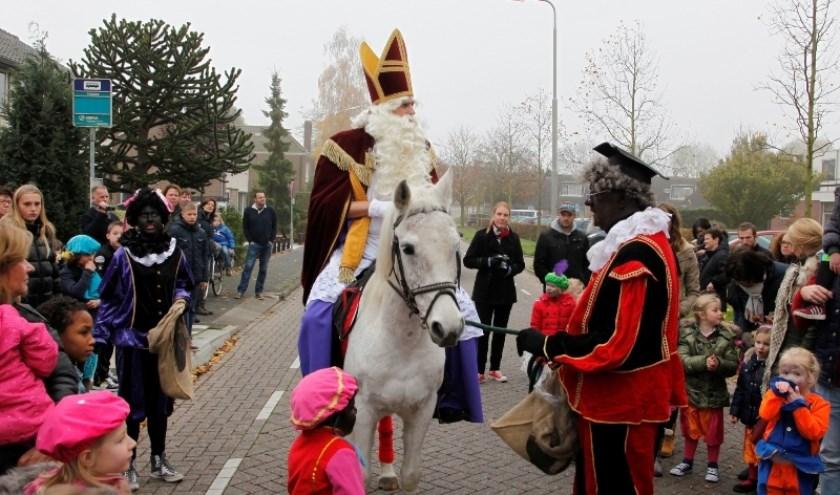 Sinterklaas heeft het weer druk de komende tijd. Zaterdag 16 en 23 november komt hij in veel dorpen aan. (archieffoto aankomst Zuid-Beijerland)