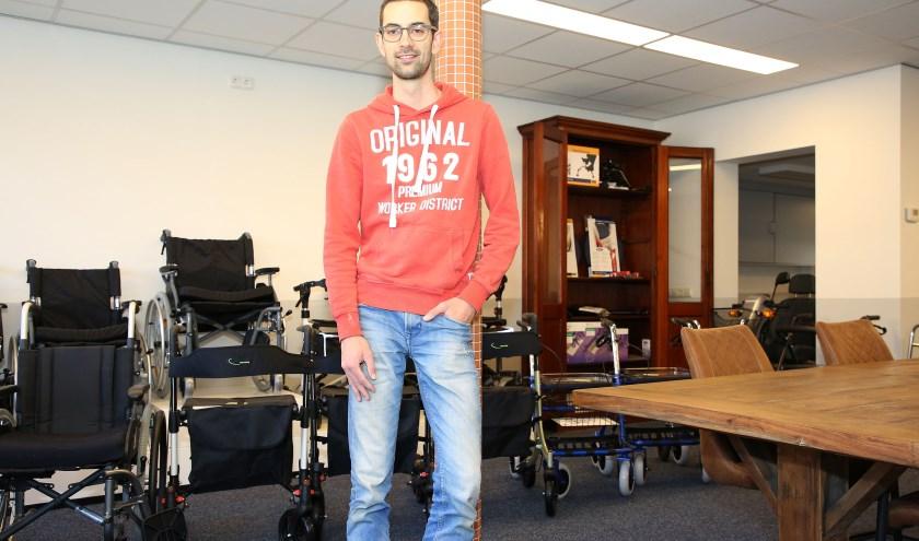 Tom van Santvoort vindt het belangrijk dat mensen een thuisgevoel krijgen in de winkel. Foto: Theo van Sambeek.