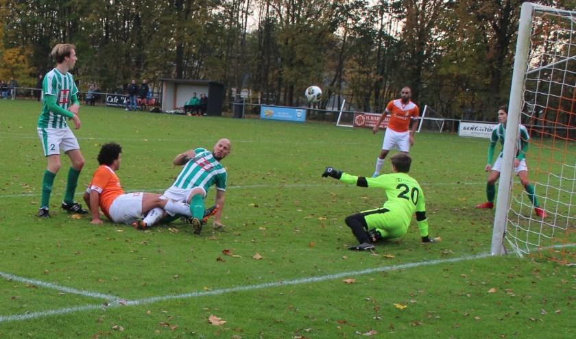 Weer een goede aanval van Oranje Wit op het doel van Musketiers, maar leverde weer geen doelpunt op. (Foto: Henk Jansen)