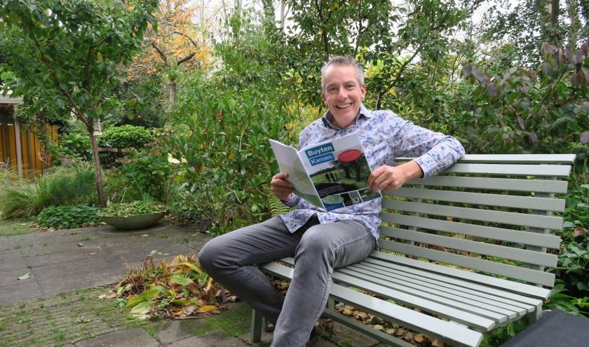 Voorzitter Gé Kleijweg met het nieuwe magazine BuytenKansen (foto: Annemarie Oorthuizen)