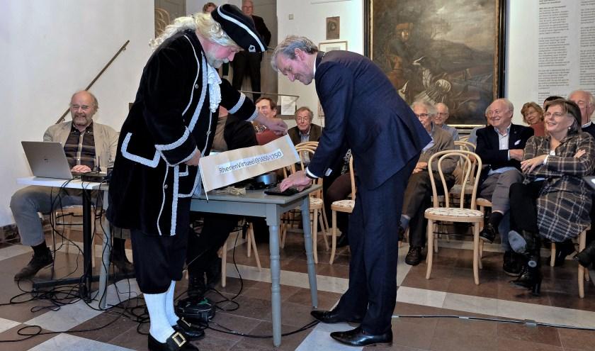 Samen met zijn ambtgenoot uit 1600, Johan van Deventer, startte burgemeester Hans van der Pas de virtuele stad. (Foto's: Max Timons)