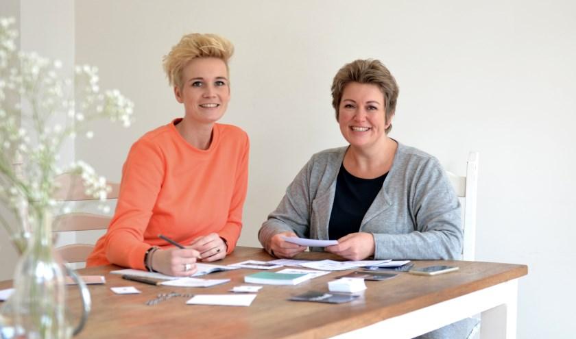 Sandra Dannenberg (links) en Andra van Meggelen-Kippers: webshop in eigentijdse en uniekekaarten.(Foto: Petra Kroeze-ditbenikfotografie)