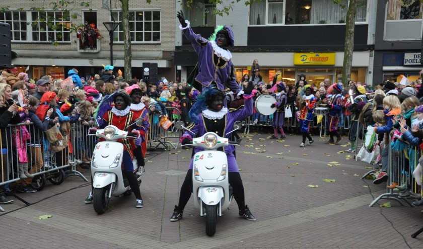 De meegereisde Zwarte Pieten zorgen vandaag weer voor veel pret tijdens de intocht van Sinterklaas. (foto: PR)