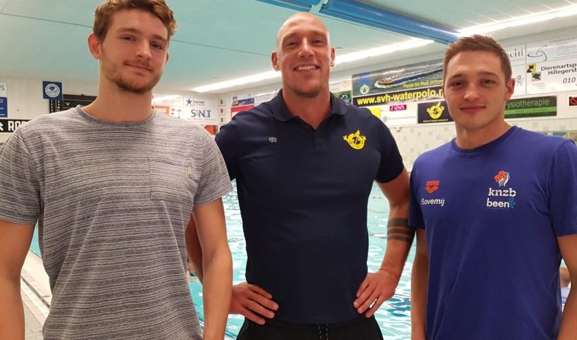 Coach Tim van Gulik met de twee internationals van SVH. Links doelverdediger Milan de Koff, rechts topscorer Milos Filipovic. De mannen zouden liefst vaker in De Wilgenring trainen. (Foto: Emile Hilgers)
