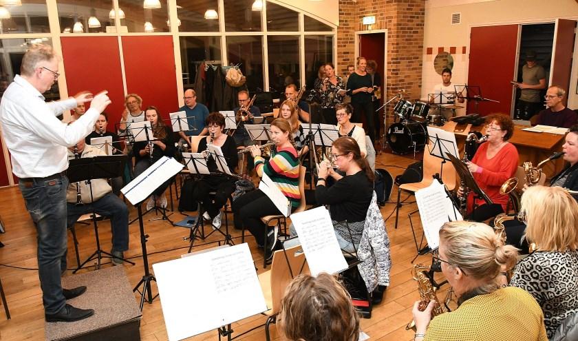 De Leo Harmonie Lobith-Tolkamer repeteert voor het komende Top 2000 concert in het Gildehuis. (foto: Ab Hendriks)