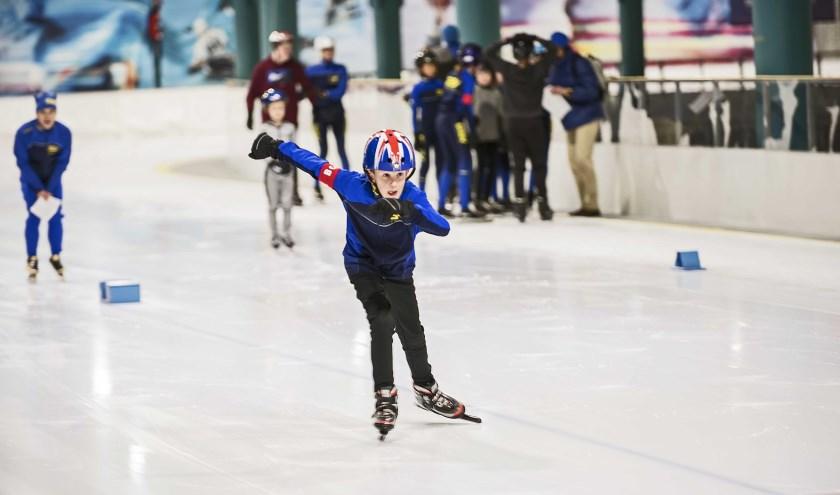 Ee schaatser op de baan van Triavium tijdens  de regionale wedstrijd voor de jeugd.