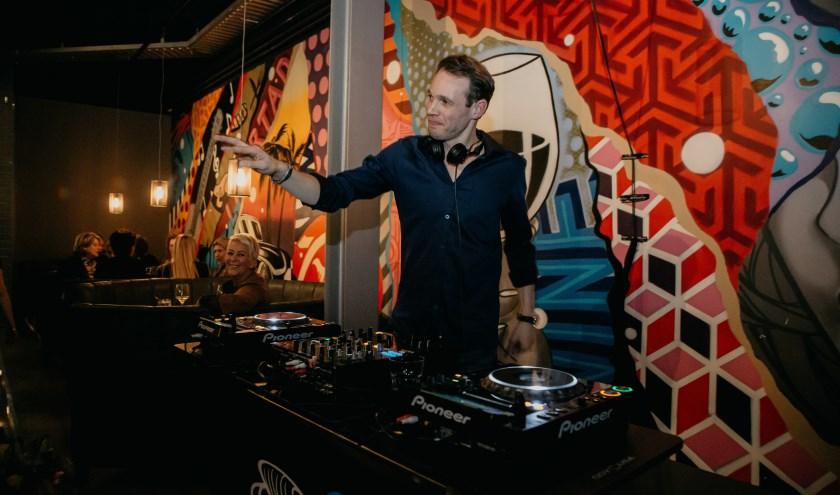 DJ Bridgeman draait op de Veense Mosselparty