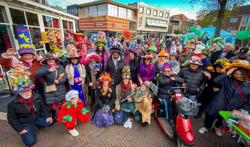Op zaterdag 9 november liep een bonte parade van hoedendragers door het centrum van Tiel. (foto: Jan Bouwhuis)