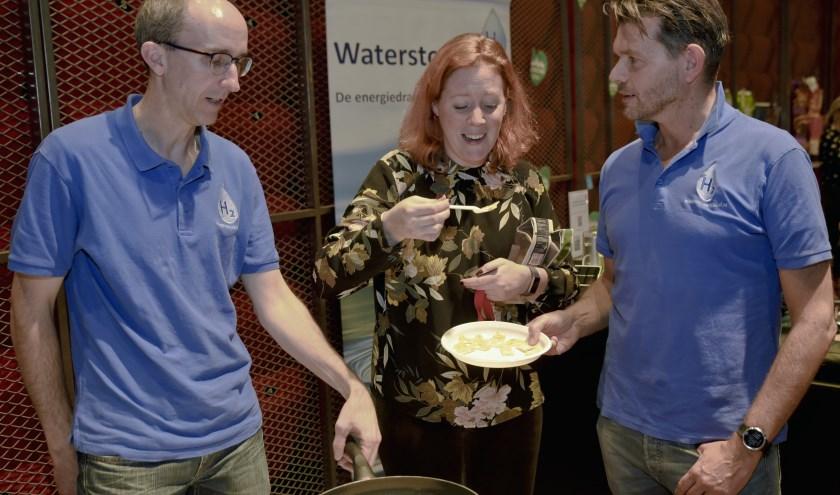 Bezoeker eet pannenkoek gebakken op waterstof.