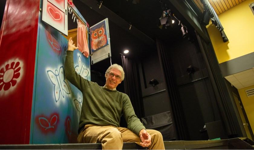 Ben Feijen zit op het podium van Kulturhus EGW. Komende zondag geeft hij daar een voorstelling over zijn leven. Foto: Dennis Dekker