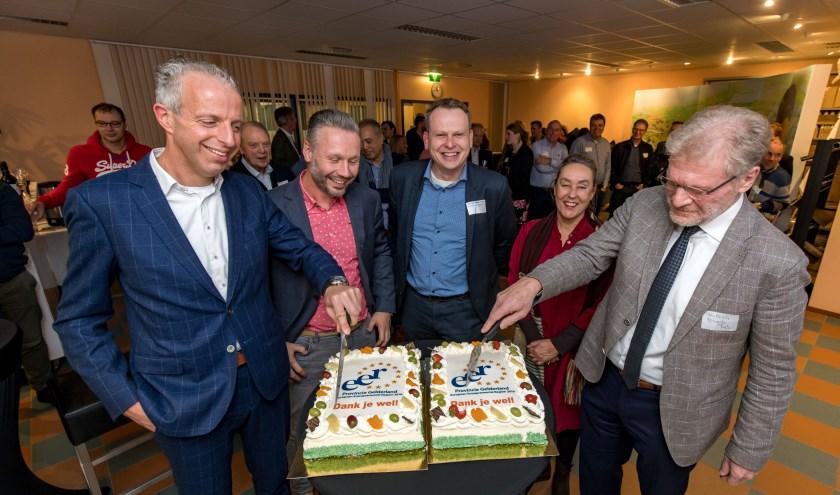 Uitreiking EER AWARD taart aan Ondernemers Coöperatie Tiel. (foto: Jan Bouwhuis)