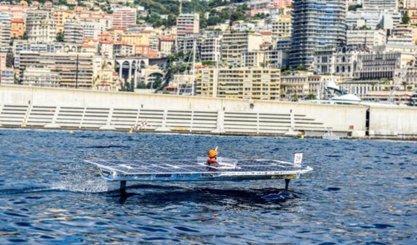 De TU Delft zonneboot in actie tijdens de Monaco Solar Spot One race in 2018.