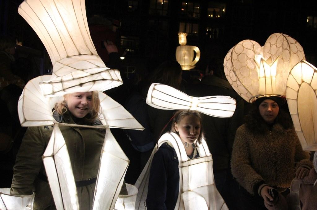 Nog meer verklede mensen... Deze keer met lichtgevende strikjes en hoge hoeden. Foto: Johan Maaswinkel © DPG Media