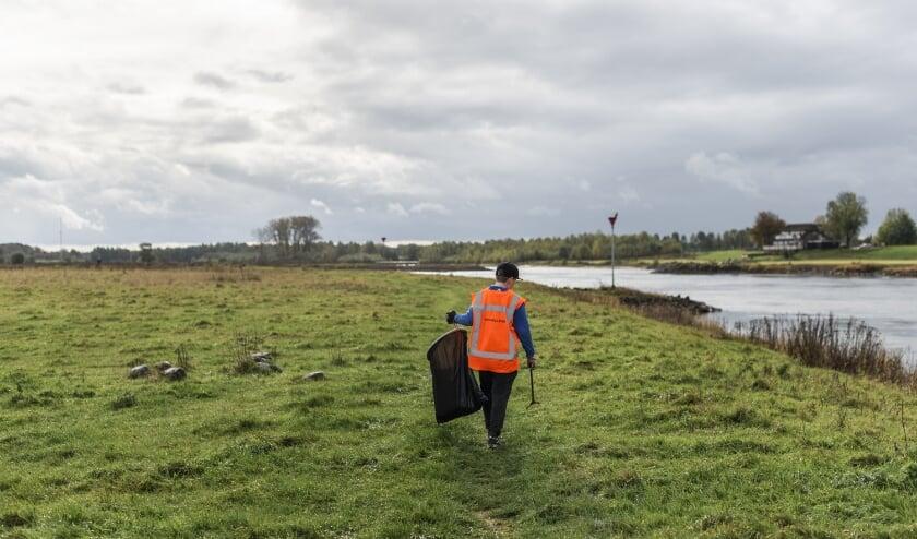 <p>Een vrijwilligers gaat op pad om de hoeveelheid en samenstelling van het rivierafval in kaart te brengen.&nbsp;</p>