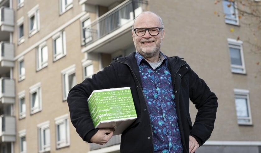 Een energiecoach van Energiebox Eindhoven bezorgt een doos met energiebesparende producten bij de bewoner thuis. (Foto: Verse Beeldwaren).