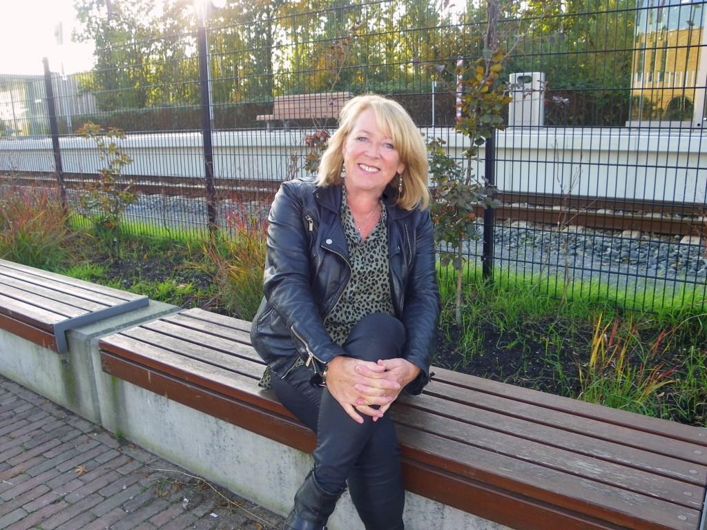 Erica de Jong neemt afscheid. Jarenlang was zij een vertrouwd gezicht voor adverteerders in Gouwe Koerier en Alphens Nieuwsblad.  Foto: Morvenna Goudkade © DPG Media