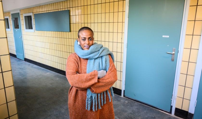 """Indirah in het nieuwe pand. """"Toen ik als docent op een kunstschool werkte, kreeg ik regelmatig een lijst met wie niet betaald had. Daar moest ik die kinderen dan op aanspreken... Heartbreaking!"""" (Foto: Willem de Jong)"""