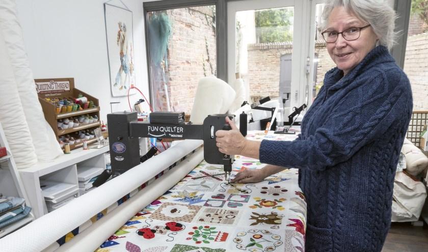 Jeltje van Essen aan de het werk op de quiltmachine in haar winkel de 100 rozen aan de Walstraat. (foto Auke Pluim)