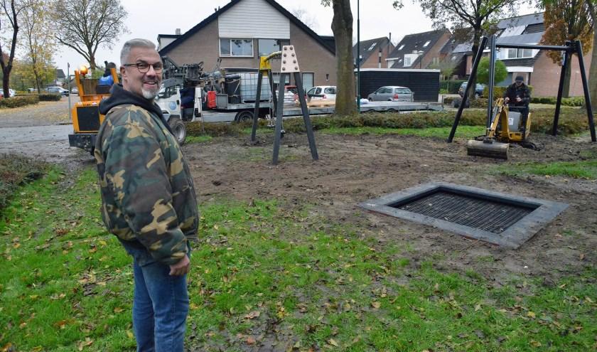 Arnold van Zwol kijkt toe bij de aanleg van de nieuwe speeltuin in de Schepenenstraat. (Foto: Paul van den Dungen)