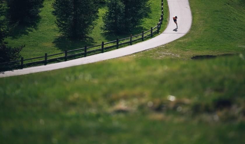 Wereldkampioen langebaanschaatsen op de 10km Jorrit Bergsma traint op de skeelers in de heuvels van het Italiaanse Livigno. Door ver weg te staan en wijder te schieten krijgt het beeld een eenzame uitstraling. Door de rijder en de schaduw midden op d