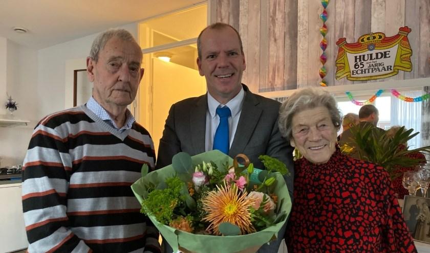 Wethouder Gert-Jan Schotanus overhandigde hen namens de gemeente een prachtig bloemstuk.