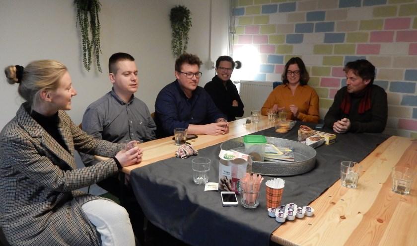 Clarissa, Tim, Tim, Harmen, Floor en Peter drinken gezellig koffie in de gemeenschapsruimte van Woongroep 'In de Buurt'. Foto: Asta Diepen Stöpler