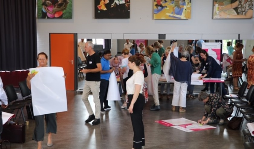 Maandelijks gaan honderd werkzoekende vijftigplussers met elkaar aan de slag, maken kennis met nieuwe technologieën en krijgen nieuwe energie bij Netwerkcafé Utrecht.