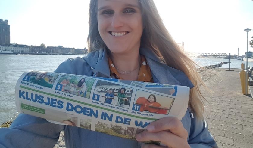 Oprichter Linda te Veldhuis met de papieren editie van de Kinderkrant
