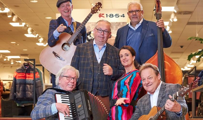 Jan Riesewijk toert met het programma 'In de Tied'met het gezelschap Tweeduuster langs Overijsselse schouwburgen.
