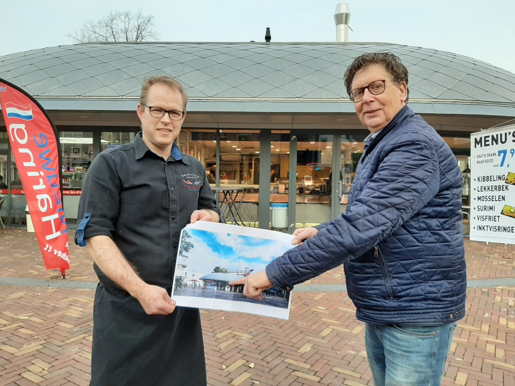 Kees van Wijk (l) en Willem Rosendaal, de initiatiefnemers rond het kunstwerk De Aak, laten de toekomstige situatie op een infographic zien. (Foto: Martin Brink/DPG Media)   © DPG Media