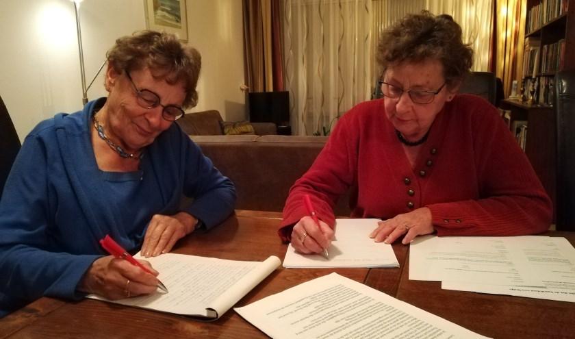 Lidy en Marina Rombouts, nog steeds actief schrijvend voor Amnesty International  Foto: Conny den Heijer