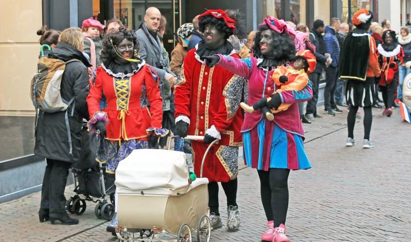 Zwarte Pieten tijdens een intocht. Moet Piet zwart zijn, of zijn roetvegen beter?