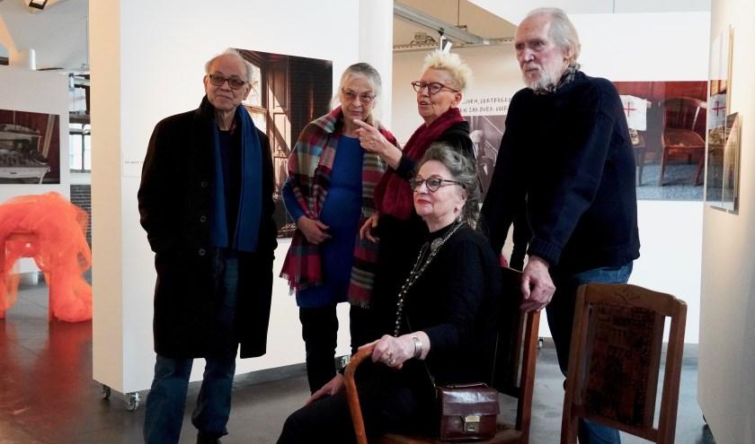 Bezoekers bekijken samen met Elly de videobeelden die Koos Overdevest maakte tijdens haar laatste twee bezoeken aan de Moermanboerderij; de enige keren dat iemand met haar mee mocht. (Foto: Britt Planken)