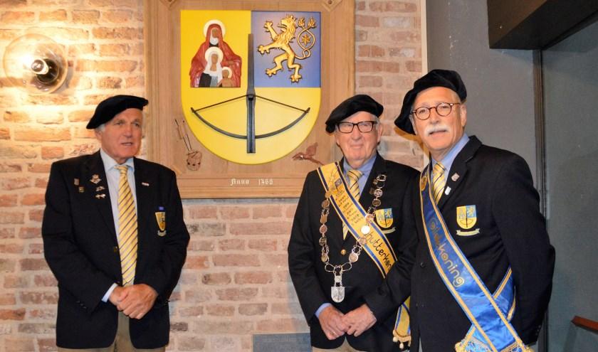 Gildelid en maker Gerrit Liefers, Schutterskoning Bert Cleijen en Gildekoning Herman Koopman bij het wapenschild.