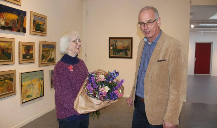 Hanny Niessen, kreeg voor haar verdiensten voor het kunstgebeuren in Almelo de Gouden K toegekend