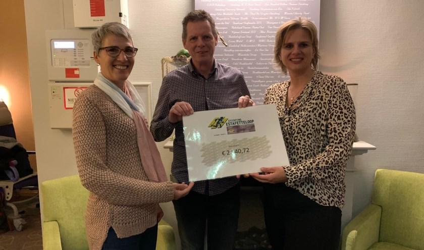 overhandiging bedrag opgehaald door Stichting Estafetteloop