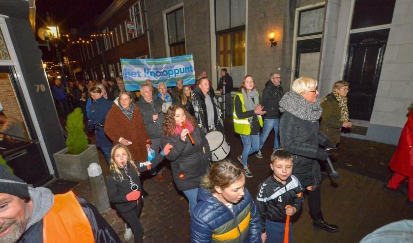 De straten van de Montfoortse binnenstad  vulden zich maandagavond met zo'n 400 deelnemers aan het protest van Behoud Ouderenzorg Montfoort. (Foto: Paul van den Dungen)