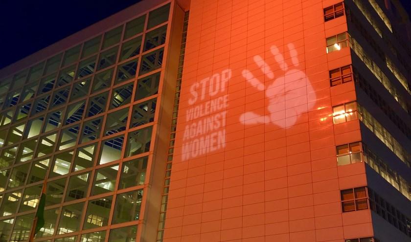 Het IJspaleis kleurde maandag oranje ten teken dat Den Haag ook haar hand op steekt tegen geweld tegen vrouwen en meisjes.